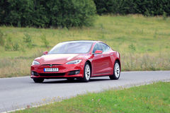 Rotes Tesla-Modell S New Look lizenzfreie stockfotos