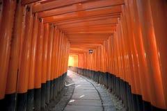 Rotes Torii versieht Japan mit einem Gatter Stockbild