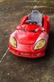 Rotes Toycar auf der Straße Lizenzfreie Stockfotos