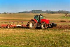 Rotes Traktorpfostenfeld Herbstpraktische Arbeit Leben auf dem Bauernhof Landwirtschaftliche Landschaft in der Tschechischen Repu Lizenzfreie Stockfotografie