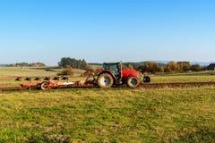 Rotes Traktorpfostenfeld Herbstpraktische Arbeit Leben auf dem Bauernhof Landwirtschaftliche Landschaft in der Tschechischen Repu Stockbild
