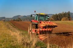 Rotes Traktorpfostenfeld Herbstpraktische Arbeit Leben auf dem Bauernhof Landwirtschaftliche Landschaft in der Tschechischen Repu Stockfotografie