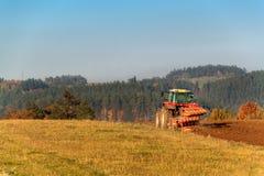 Rotes Traktorpfostenfeld Herbstpraktische Arbeit Leben auf dem Bauernhof Landwirtschaftliche Landschaft in der Tschechischen Repu Stockbilder