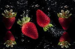 Rotes trawberries Spritzen im Wasser stockfoto