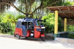 Rotes Tuk-tuk Sri Lanka lizenzfreie stockbilder