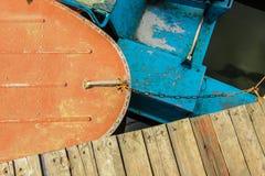 Rotes und blaues Boot Lizenzfreies Stockbild