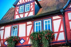 Rotes und blaues Fachwerkhaus in Buedingen, Deutschland Lizenzfreies Stockfoto