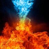 Rotes und blaues Feuer auf hinterem Hintergrund Stockbilder