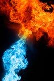 Rotes und blaues Feuer auf hinterem Hintergrund Stockfotos