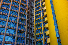 Rotes und blaues Gebäude Stockfotos