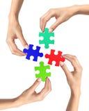 Rotes und blaues Puzzlespiel in den Frauenhänden lokalisiert Stockbild