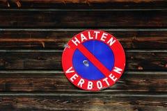 Rotes und blaues Verkehrszeichen - verbotenes Halten Lizenzfreie Stockfotos