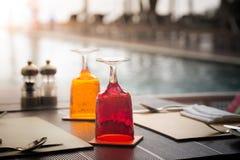 Rotes und gelbes Glas Wasser auf Luxusgedeck Stockfoto