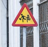 Rotes und gelbes Vorsichtzeichen für die Kreuzung der Straße lizenzfreie stockbilder