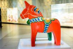 Rotes und grünes großes schwedisches Dala-Pferd Das traditionelle hölzerne Dalecarlian-Pferdesymbol schwedischer Dalarna-Provinz lizenzfreie stockbilder