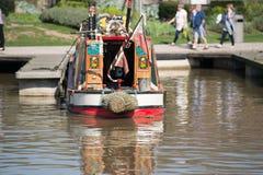 rotes und grünes Weinlesekanalboot im Jachthafen Lizenzfreie Stockfotos