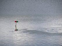 Rotes und grünes Zeichen für den Boots-Verkehr sichtbar auf Wasser-Oberfläche Stockfoto