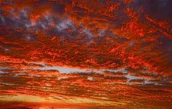 Rotes und orange Feuer im Sonnenunterganghimmel lizenzfreies stockbild