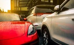 Rotes und silbernes Parkplatz auf konkretem Parkplatz im Freien des Hotels, des Hauses oder der Wohnung Technologie des elektrisc lizenzfreie stockbilder