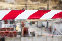 Rotes und weißes Band der Sperre Lizenzfreie Stockbilder