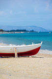 Rotes und weißes Boot auf dem Ufer Lizenzfreie Stockbilder