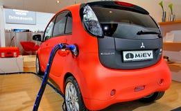 Rotes und weißes elektrisches Auto Mitsubishi Miev Stockbild