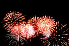 Rotes und weißes Feuerwerk auf Hintergrund des bewölkten Himmels Stockfoto