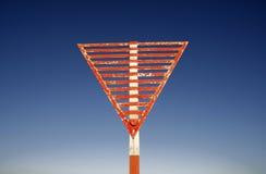 Rotes und weißes Flughafenzeichen Stockfoto