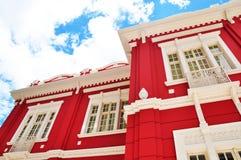 rotes und weißes Gebäude Stockfotografie