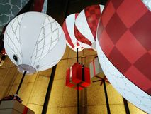 Rotes und weißes Geschenk steigt Thema im Nachtlicht im Ballon auf stockfoto