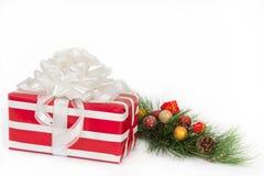 Rotes und weißes gestreiftes Geschenk mit weißen Farbbändern Stockfotos
