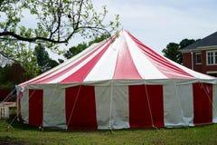 Rotes und weißes gestreiftes Zirkuszelt lizenzfreie stockbilder