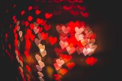 Rotes und weißes Herzen bokeh in der dunklen Beschaffenheit für Gebrauch im Grafikdesign Lizenzfreies Stockfoto