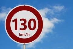Rotes und weißes 130 Kilometer-Höchstgeschwindigkeitszeichen lizenzfreies stockfoto