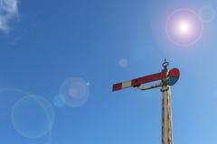 Rotes und weißes Lampenlichtsemaphorsignal im blauen Himmel mit Linse f Stockfotos