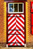 Rotes und weißes Muster auf Türen und Fensterläden des Trainers House von Castle De Haar lizenzfreie stockfotografie