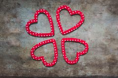 Rotes und weißes punktiertes Herz formte Dekorationen auf hölzernem Hintergrund lizenzfreie stockbilder