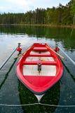Rotes und weißes Skiff wenig im schwedischen See stockbild