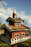Rotes und weißes Vogelhaus Lizenzfreie Stockfotografie