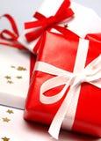 Rotes und weißes Weihnachtsgeschenke auf weißem Hintergrund Stockfotos