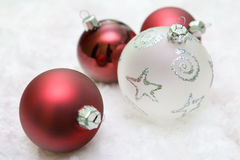 Rotes und weißes Weihnachtskugeln stockfotografie