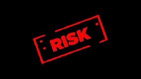 Rotes unterzeichnetes Gummitintenstempel Risiko summen herein laut und summen heraus mit Transparenzhintergründen des Alphakanals stock footage