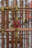 Rotes Ventil auf Kupferrohrbau in im Freien Stockfoto