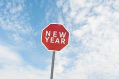 Rotes Verkehrsschild mit einem Text des neuen Jahres unter Himmel Lizenzfreies Stockbild