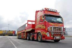 Rotes Volvo FH mit speziellem Anhänger Lizenzfreie Stockfotografie
