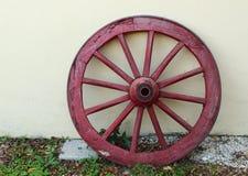Rotes Wagenrad Stockbild
