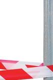 Rotes Weiß kreuzt nicht Stirnband-Band-Band und metallischen Beitrag, lokalisiertes Grey Construction Site Metal Pole, Tatort-Mar Lizenzfreie Stockbilder