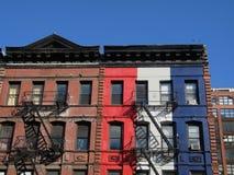 Rotes Weiß und Gebäude Stockbilder