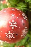 Rotes weißes Schneeflockenmuster der Weinlesemetallweihnachtsverzierung Stockfotografie