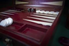 Rotes weißes Schwarzes bräunen die BackgammonBrettspiele, die mit Chips und den weißen und schwarzen Würfeln eingestellt werden stockfoto